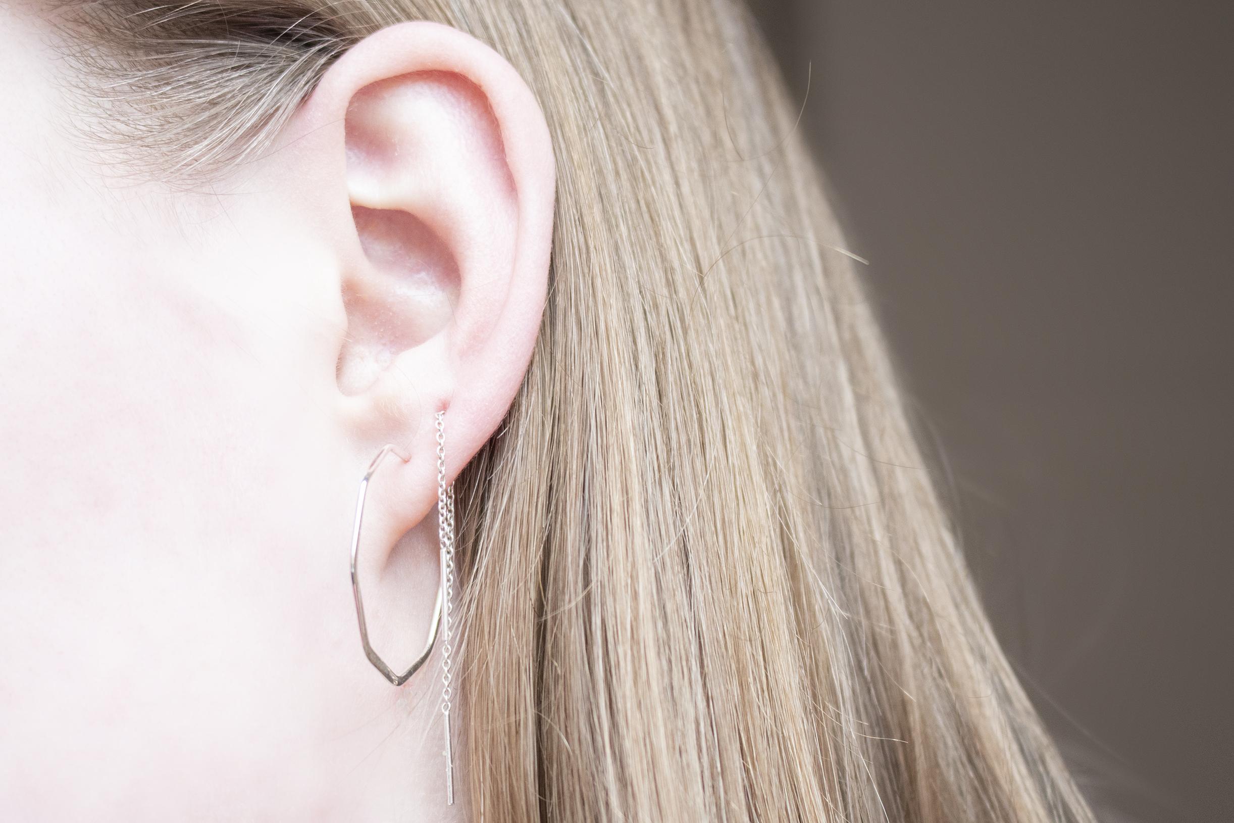 minimalistische zilveren oorbellen combineren