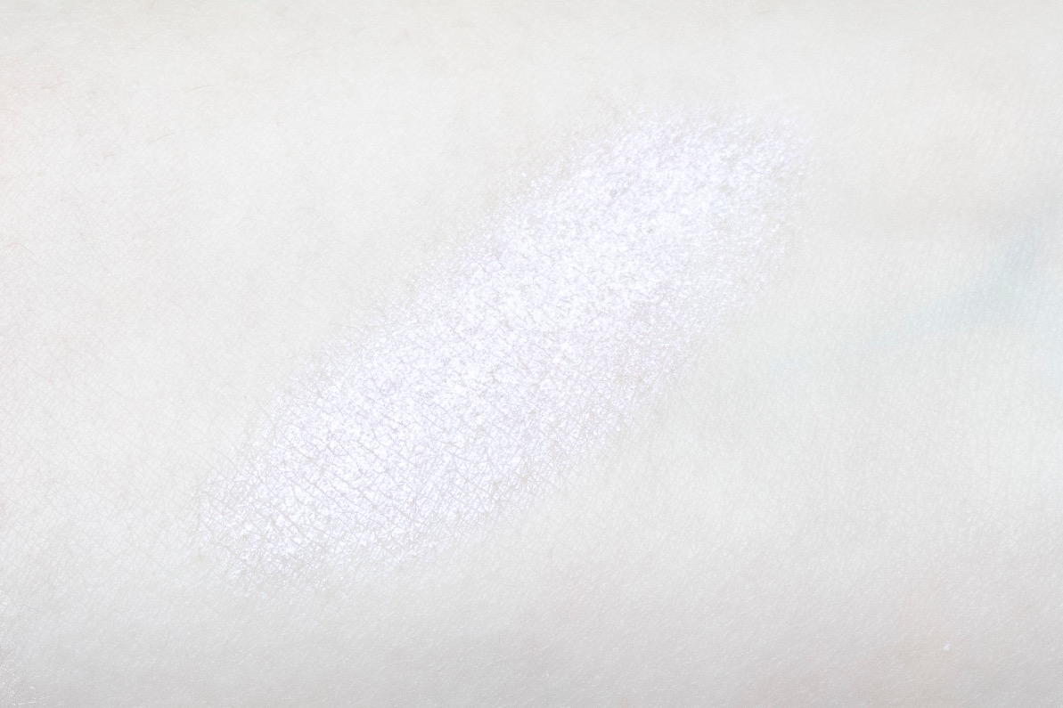 essence crystal dreams highlighter swatch